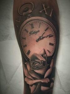 个性耐看的钟表纹身刺青很时尚