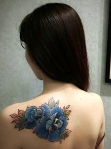 长发女子后背美丽的牡丹花纹身图片