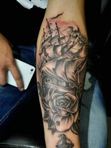 手臂黑白个性帆船纹身刺青