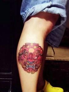 小腿部彩色唐狮纹身图案很个性