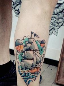 小腿部一艘帆船纹身刺青很个性