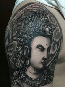 大臂佛祖纹身刺青相当抢眼