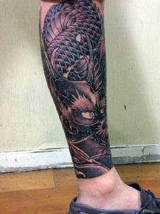包小腿黑白传统邪龙纹身图案