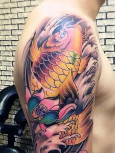 大臂彩色鲤鱼与莲花的纹身图案