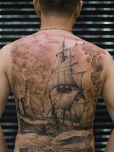 遮盖整个背部的大帆船纹身图案