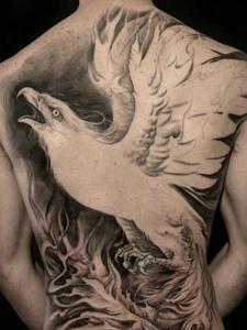 铺满整个背部的老鹰纹身图案
