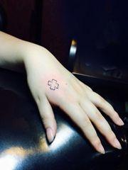 女生喜爱的一组虎口处小纹身图案