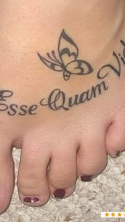 脚背上的拉丁文纹身