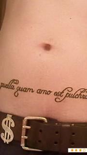 肚脐下的拉丁文纹身