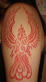 凤凰图腾割肉纹身