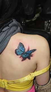 女性肩膀3D蝴蝶纹身