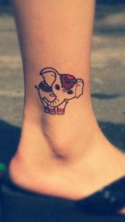女生脚上可爱的卡通小象纹身