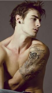 国外男生手臂好看骷髅花和英文纹身