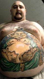欧美男大肚皮上创意弥勒佛纹身