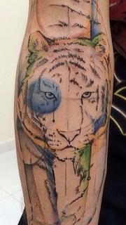 手臂水墨老虎纹身图案