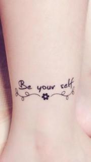 脚踝上漂亮的小花和英文字纹身