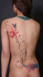 女生后背非常漂亮的彩绘藤蔓纹身图