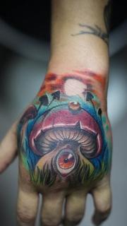 手背长眼睛的蘑菇纹身图案