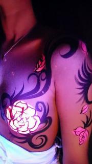 美女胸部荧光玫瑰纹身图案