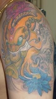 手臂金蟾荷花纹身图案