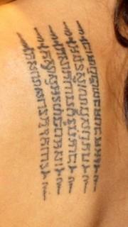 安吉丽娜朱莉后背经文的纹身