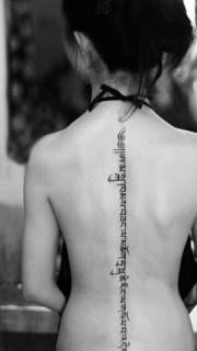 女人脊椎处经典前卫的藏文纹身图片