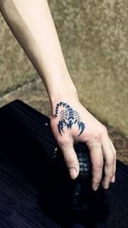 虎口个性时尚的蝎子纹身图案