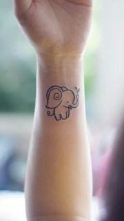 女生手腕可爱的小萌象纹身