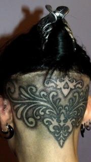 男性后脑个性花卉图腾纹身