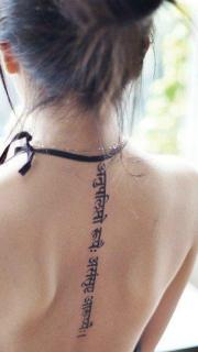 前卫权威的女生后背脊椎藏文纹身图案
