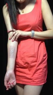 女性手臂经文纹身