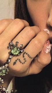 蔡依林时尚手指纹身图片