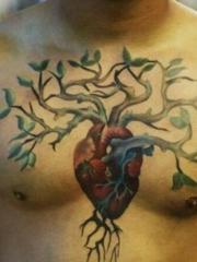 极具创意的胸前心脏纹身图案
