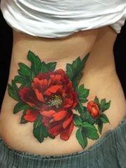 腰部漂亮诱人的鲜花纹身