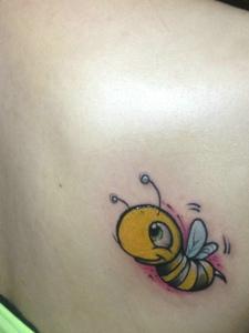 生后背一只可爱小蜜蜂纹身图片