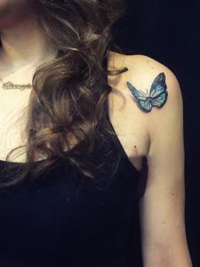 落在女生肩膀上的3d蝴蝶纹身刺青