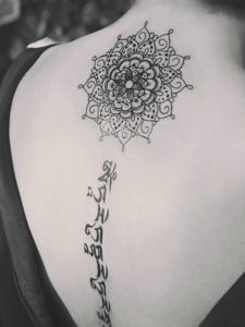 梵花与梵文结合的脊椎部纹身图案
