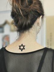 女生小巧精美的颈部六芒星纹身图案