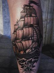 个性的腿部帆船纹身