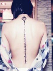 背部长条脊柱梵文纹身