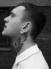 帅气时尚的男性脖子纹身
