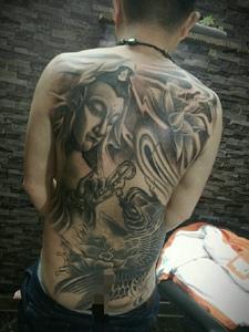 鲤鱼与观音菩萨的满背纹身图案