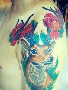 大臂彩色可爱的小鹿纹身刺青