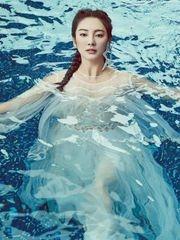 张雨绮化身水中美人鱼 薄衣湿身性感诱人