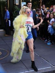 Lady Gaga 5月天皮草配热裤 身材短粗