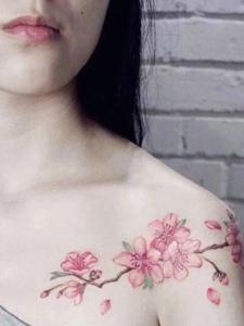 性感的香肩有着梅花纹身刺青