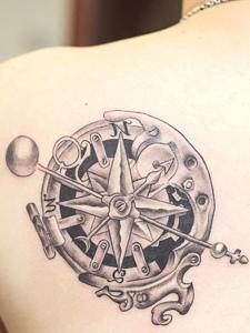 遮盖后背一小部分的指南针纹身刺青