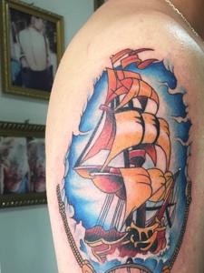 花臂彩色帆船纹身刺青尽显年轻