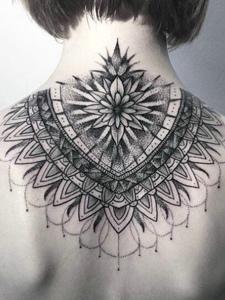 适合女生的颈部黑灰梵花纹身刺青