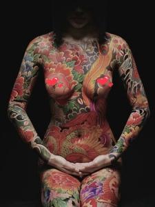 女生满身日式彩色纹身图案非常狂野